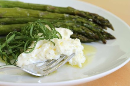 Asparagus_and_burrata_with_fork_LLR